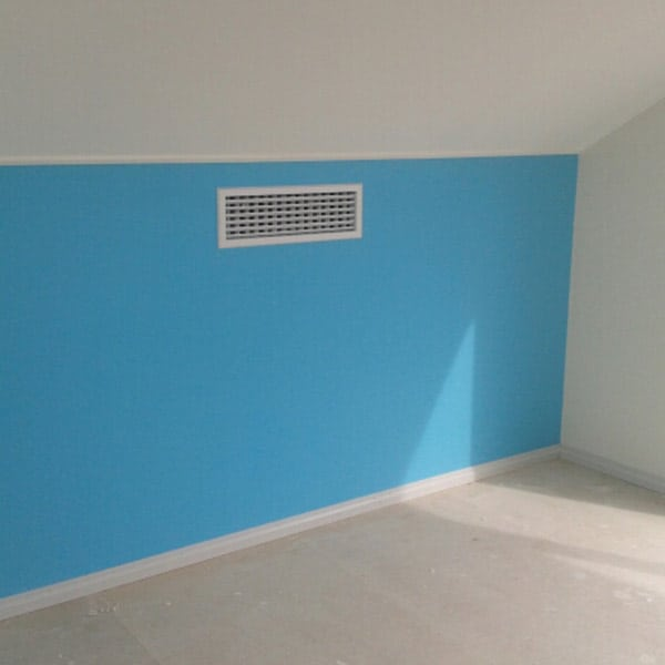 Wall with skirting boards installed